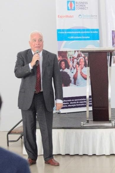 Dennis Hearne speaks to the crowd at the Business Women Connect event