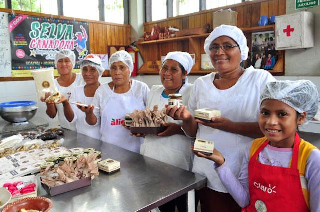 twelve Peruvian women in artisanal chocolate business